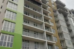 Балконные ограждения в многоэтажном доме, перила балконов